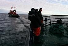 Потерявшее ход рыболовное судно буксируют в порт